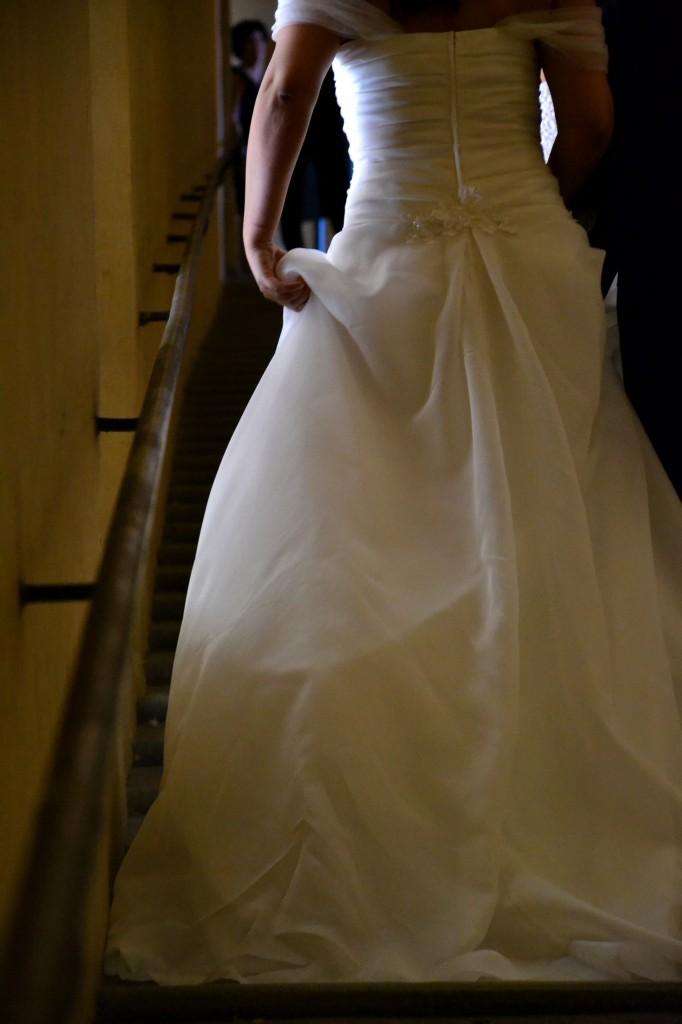 Matrimonio solidale a Bologna, con rose viola e bolle di sapone